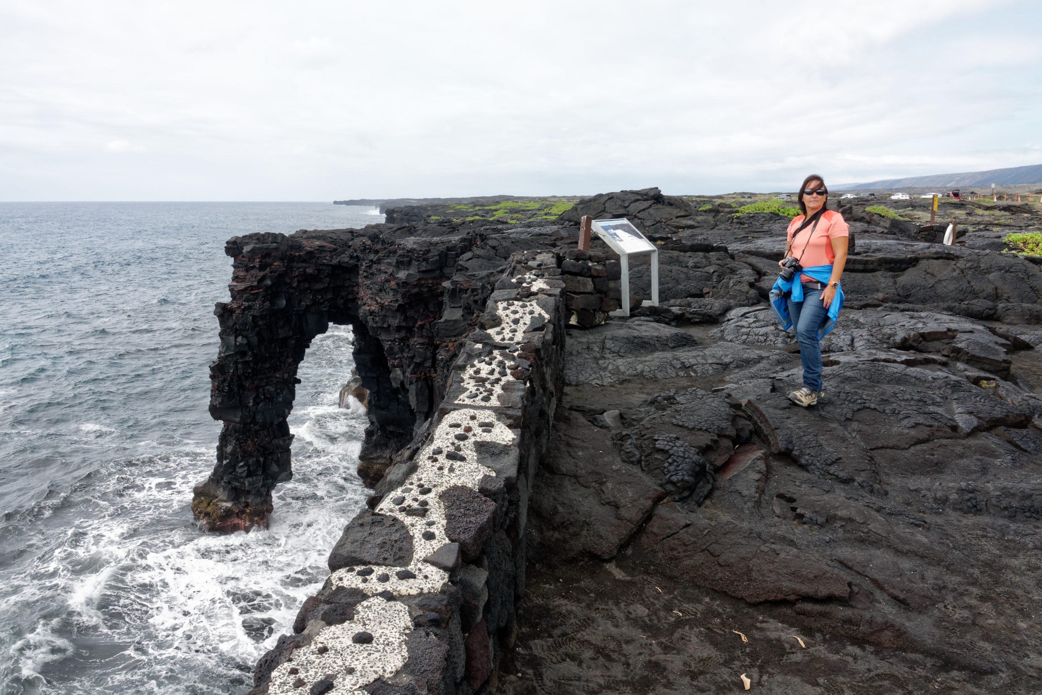 """L'arche de roche volcanique, au pied de """"chain of craters road"""""""