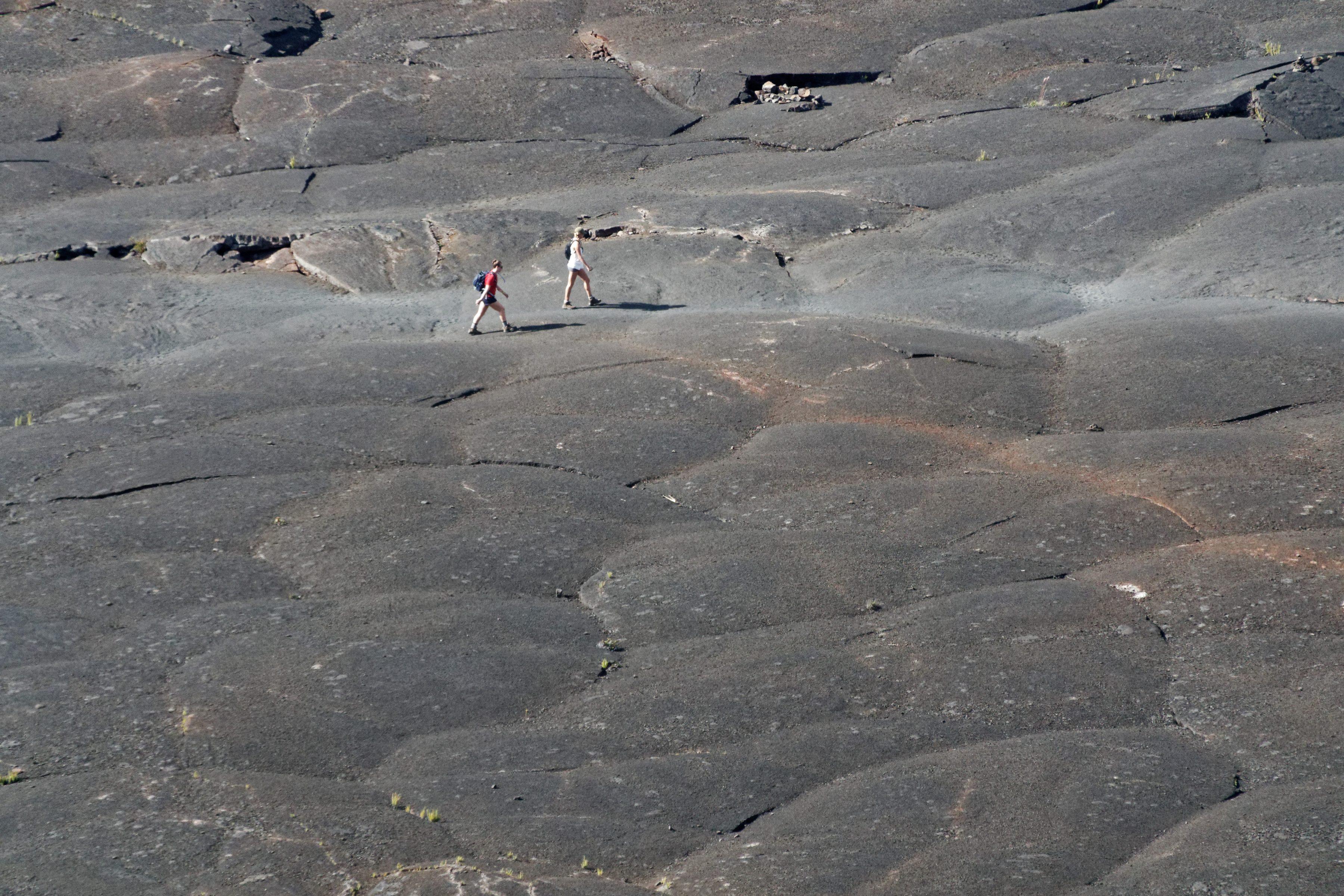 Deux randonneurs sur le fond du lac de lave du Kilauea Iki