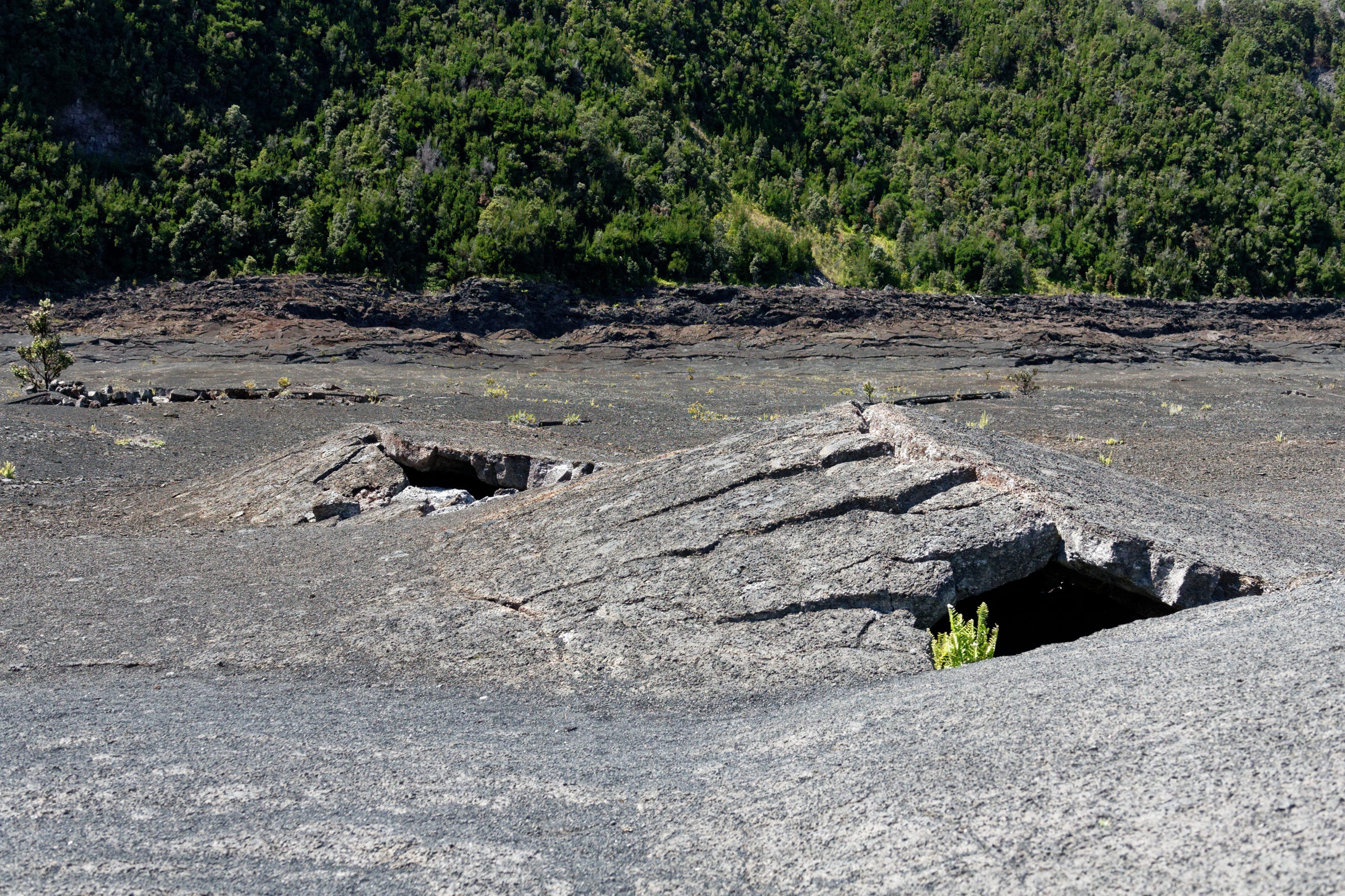 Les fractures de la surface du lac de lave