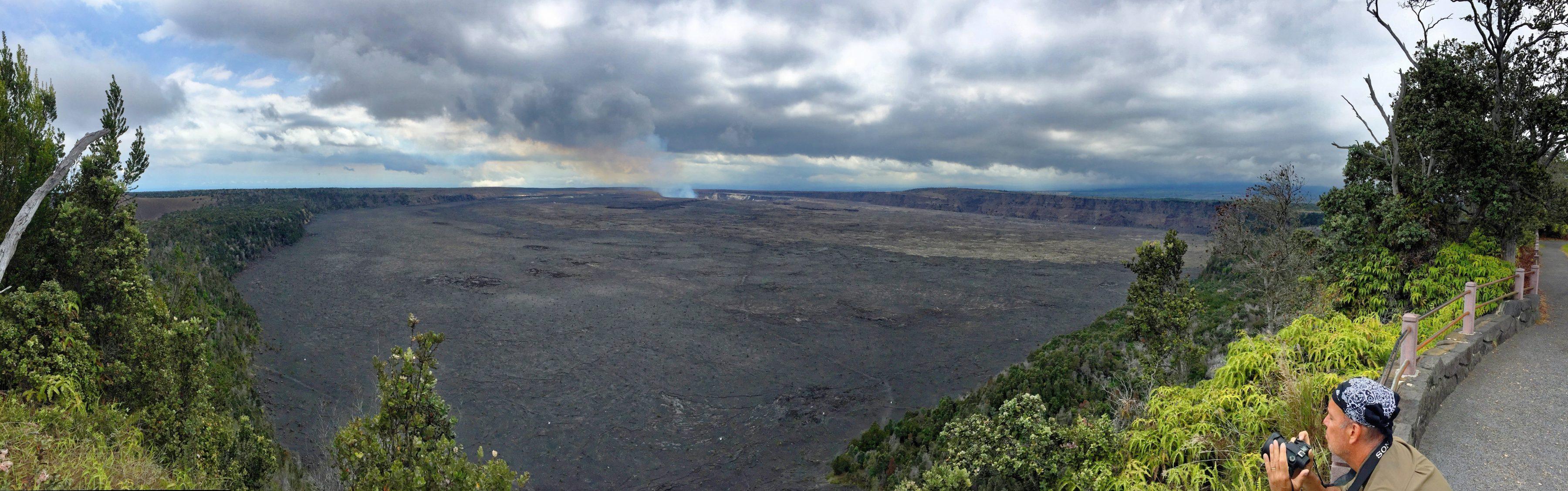 Une vue sur le Halema'Uma'U depuis Waldron ledge
