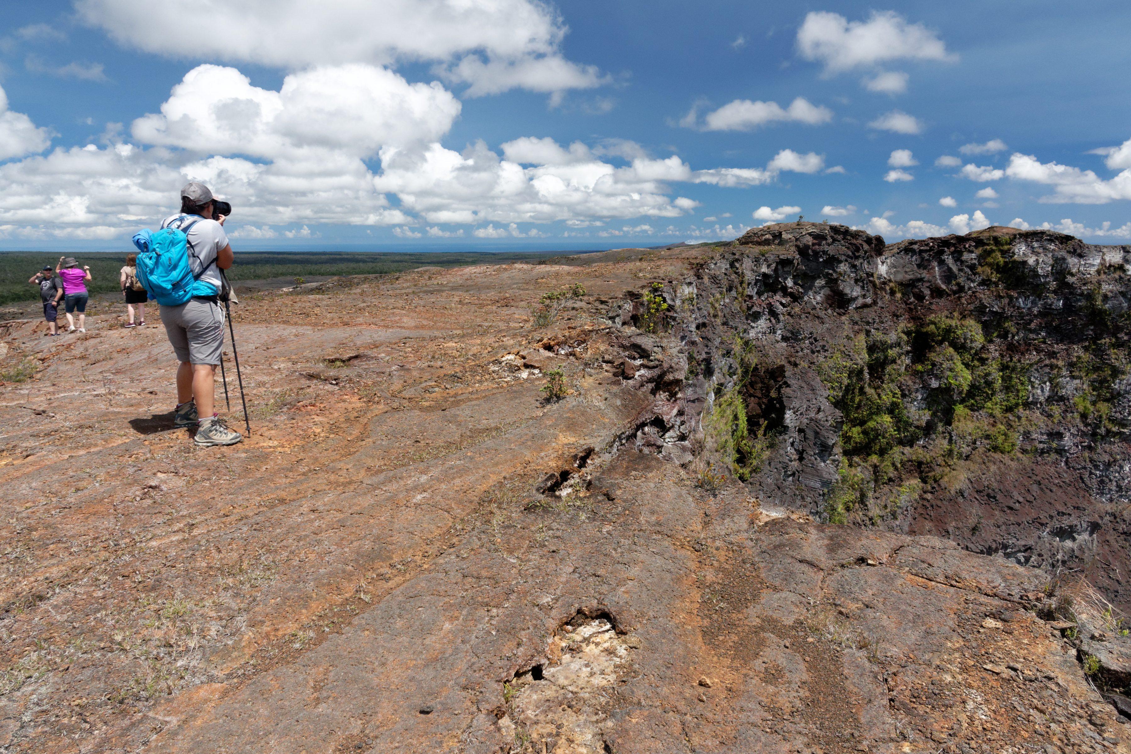 Une observatrice près du rebord du cratère