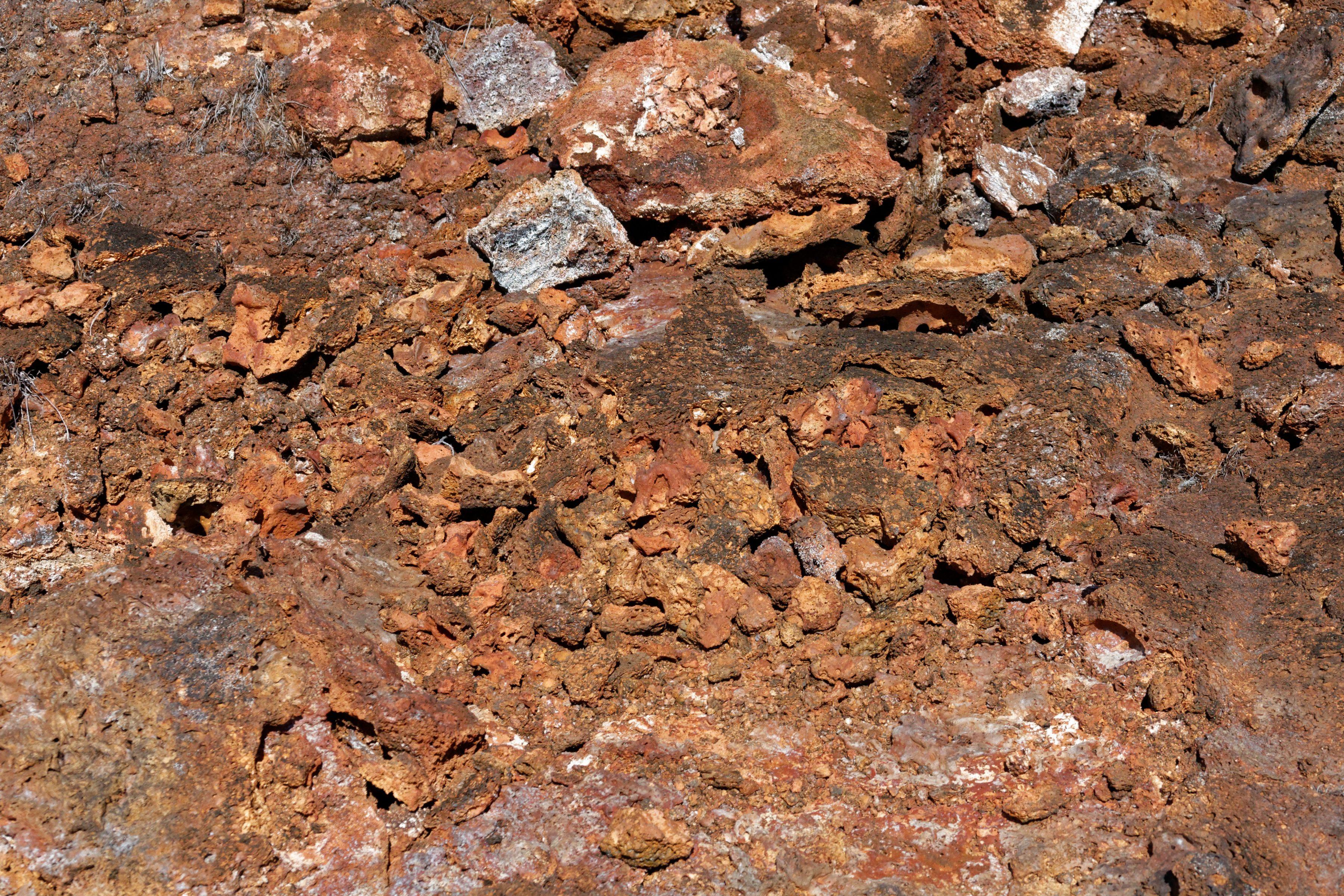 La couleur du sol : orange de rouille !