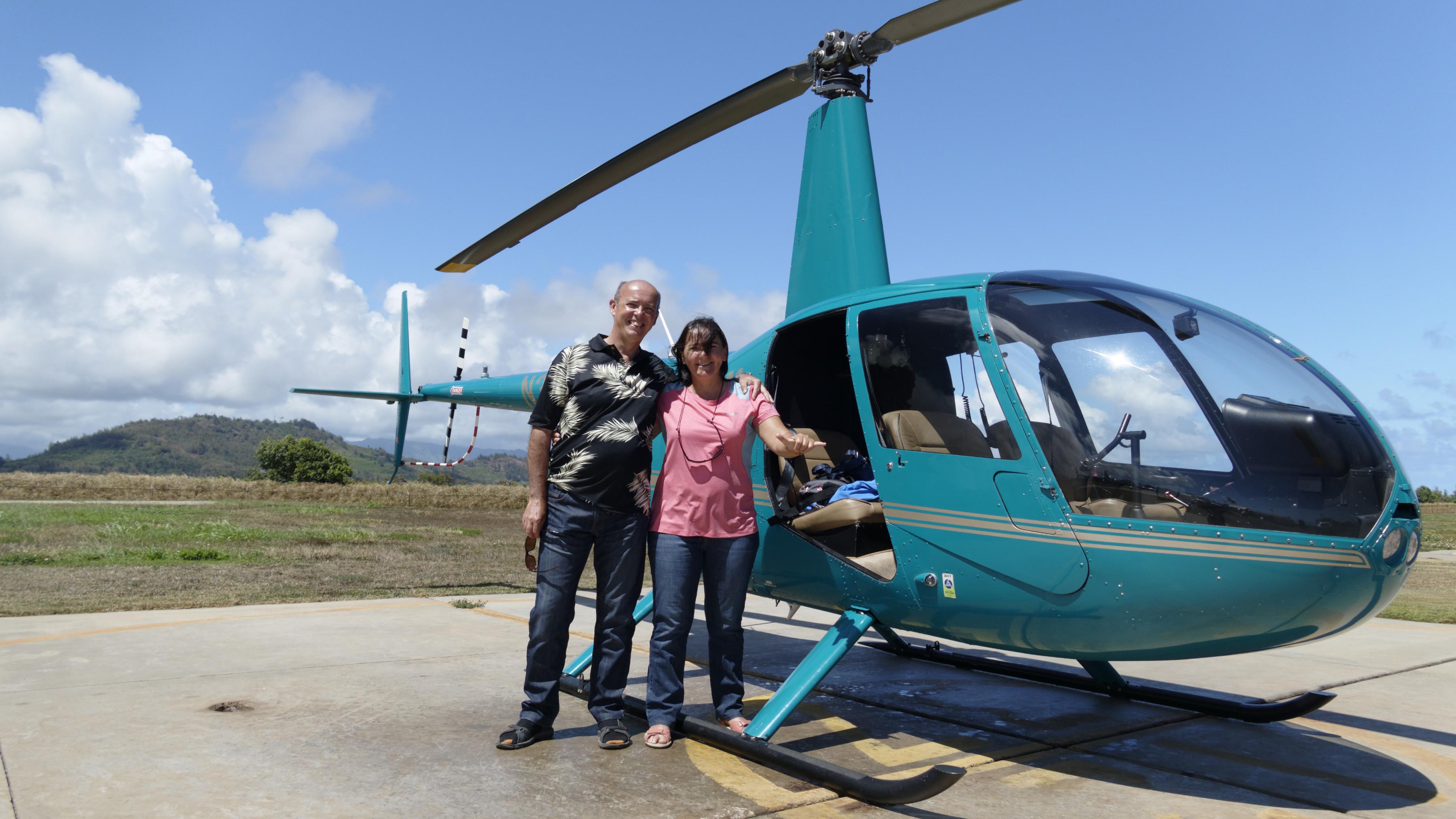 Un petit hélicoptère Robinson 44, sans les portes