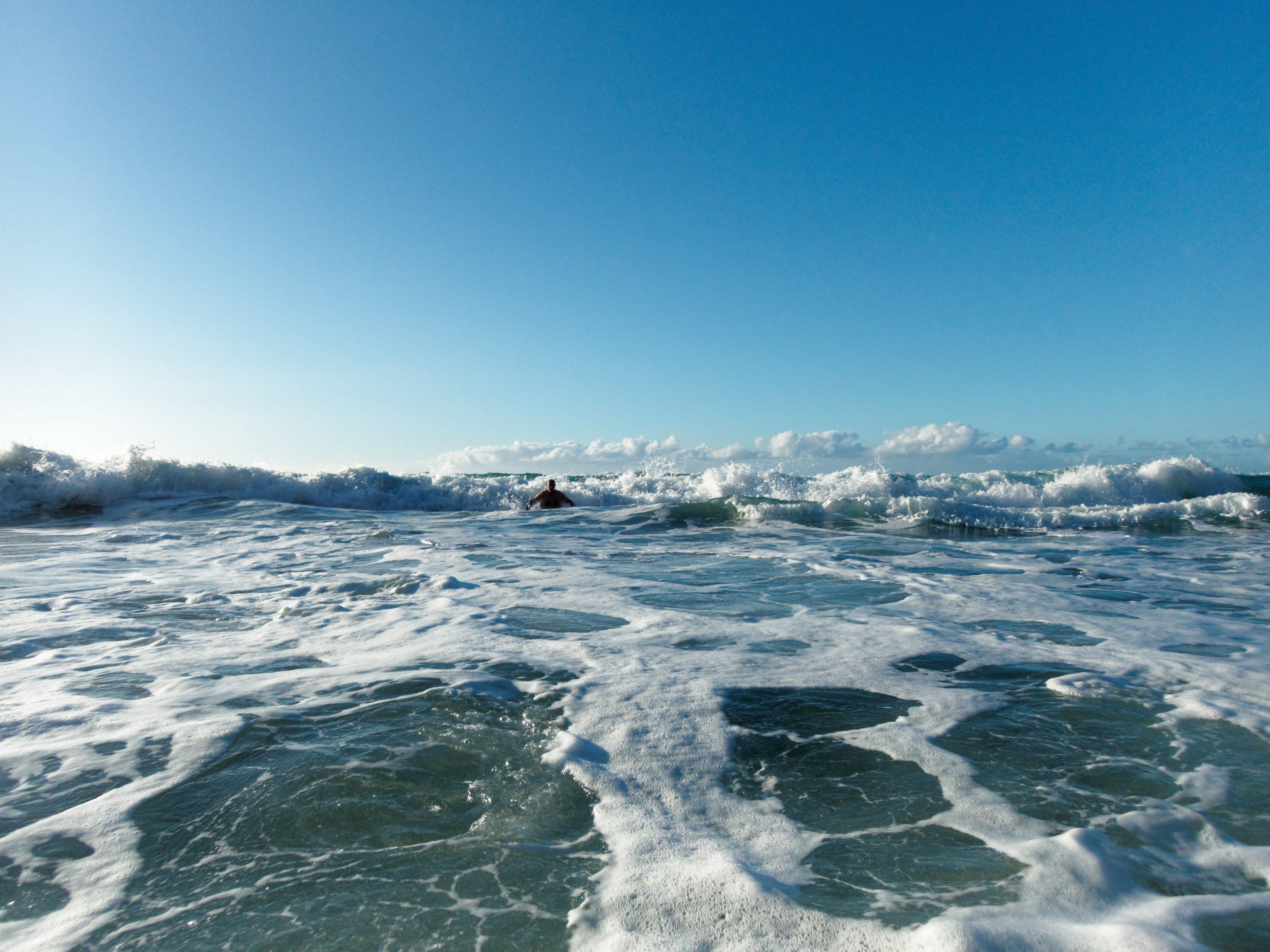 Dans les rouleaux de Polihale beach à Kauai