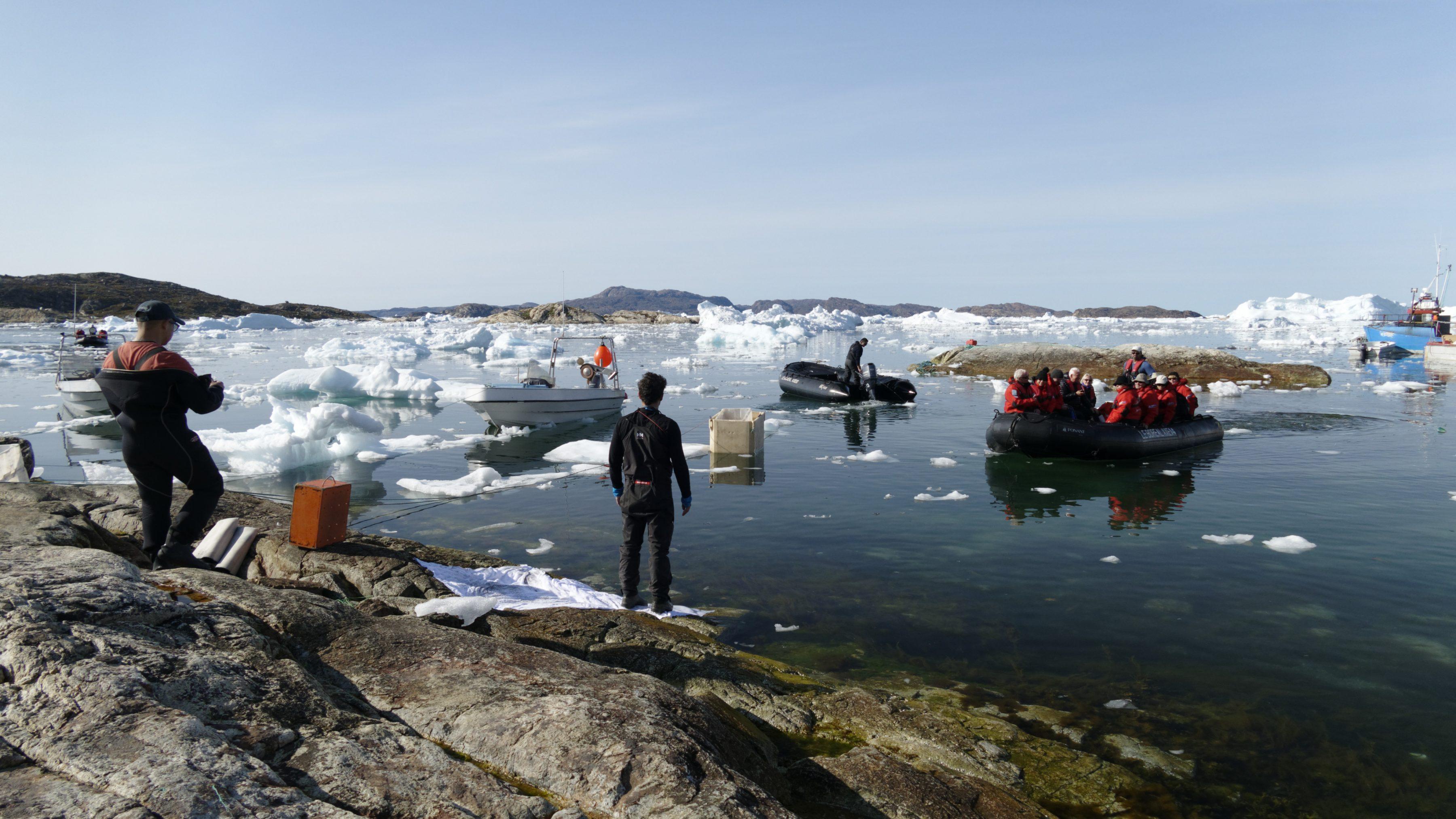 Le débarquement des passagers du Boréal se fait à même la roche